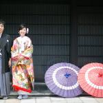 京都らしい格子の前で前撮り